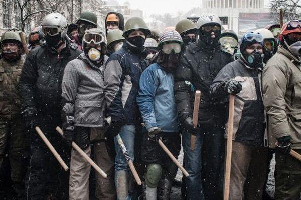 Confrontation entre les militants pro-européens et la police dans la zone de conflit de la rue Hrushevskoho. Kiev, Ukraine, 22 janvier 2014.