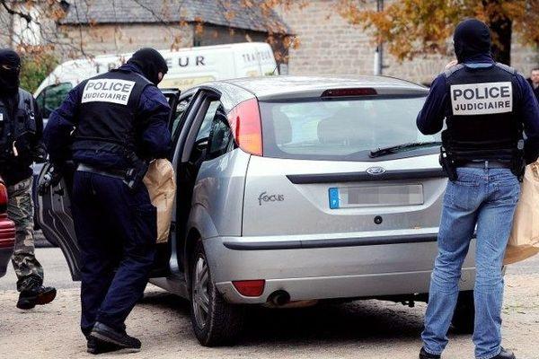 Tarnac, 11 novembre 2008 : des policiers arrêtent un groupe de personnes résidant dans cette commune  après une série de sabotages opérés sur des caténaires de la SNCF