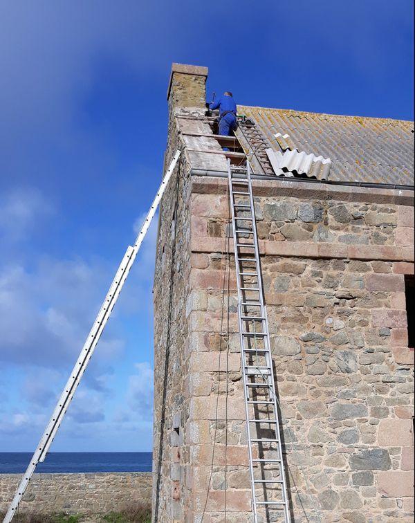 Le toit de la caserne prenait l'eau. L'associaition 7 îles 2000 s'est chargée des réparations l'année dernière