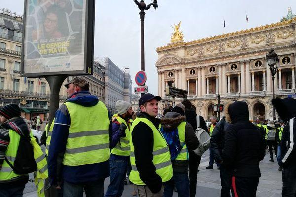 Des gilets jaunes devant l'Opéra Garnier à Paris (9e).