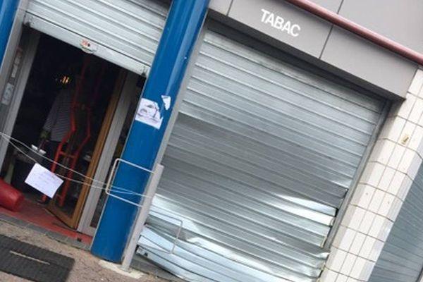 Le rideau métallique du tabac presse a été enfoncé et la vitrine brisée mais les auteurs n'ont pas réussi à pénétrer dans le commerce situé à Fontaine, près de Grenoble