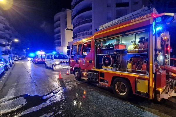 Les pompiers en intervention pour éteindre l'incendie.