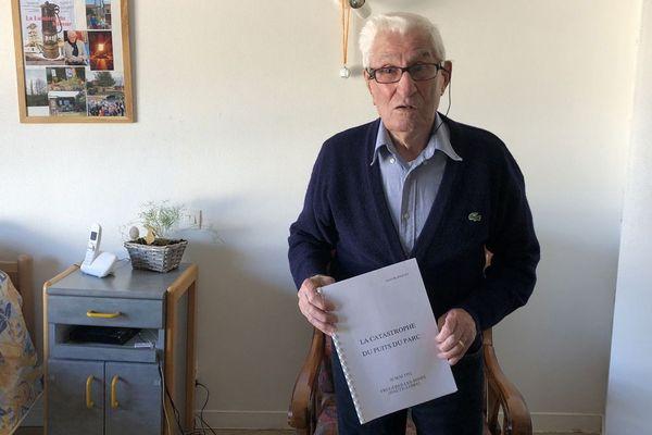 """André Blanquet, 94 ans, ancien mineur, """"la catastrophe du puits du parc"""" entre les mains. Souvenir douloureux d'un confiné sous terre."""