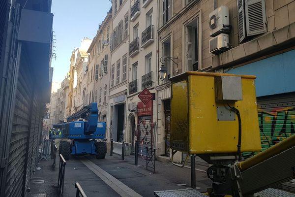 """05/02/2019 - La rue de la Palud à Marseille est bouclée, les travaux de """"déconstruction"""" des immeubles 41 et 43 ont débuté ce matin."""