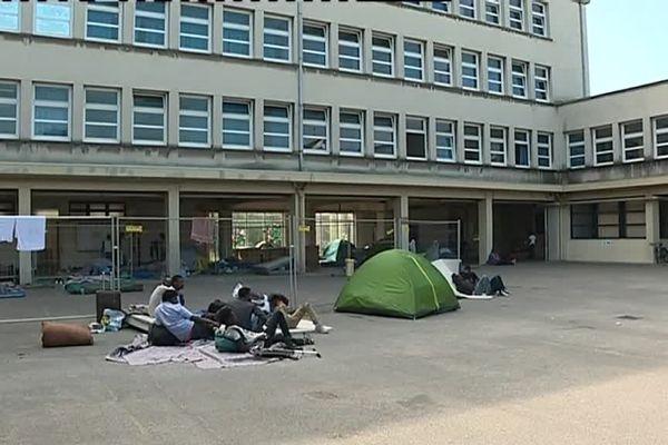 La cour du lycée Leloup Bouhier, à Nantes, a servi d'abri à des centaines de migrants sans solution