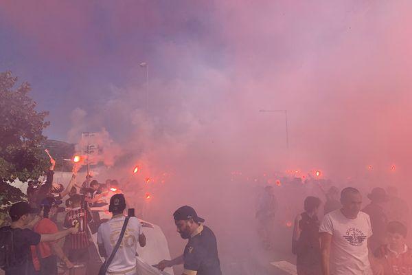 Des supporters réunis devant l'Allianz Riviera pour accueillir l'OGC Nice pour le match à huis-clos contre Monaco, le 19 septembre 2021.