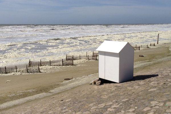 Encore beaucoup de mousse ce mercredi sur la plage d'Hardelot