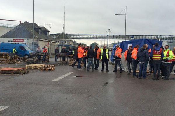 Le blocage devant le dépôt de carburant Rubis à Grand-Quevilly vendredi matin