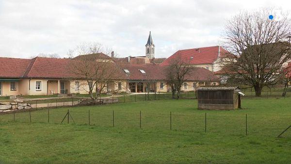 Au coeur du village d'Amancey (Doubs), la Marpa jouit d'un cadre calme et verdoyant. Chaque résident peut cultiver un petit potager.