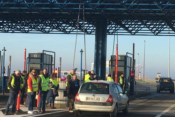 Les Gilets jaunes de La Rochelle ont organisé une opération Péage Gratuit ce samedi matin à l'entrée du pont de li'île de Ré.