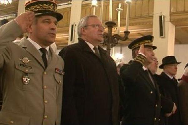 Les autorités civiles, militaires et religieuses pendant l'hymne national.