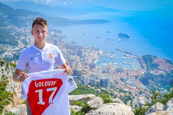 Le joueur russe Aleksandr Golovin arbore fièrement le maillot de l'AS Monaco, son nouveau club.
