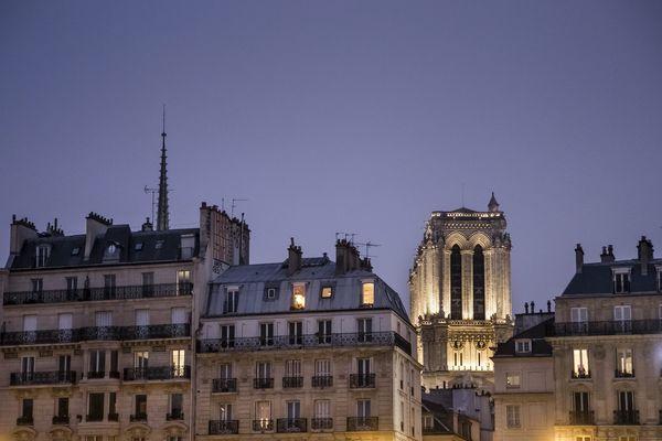 Des immeubles haussmanniens et la Cathédrale de Notre Dame (illustration).