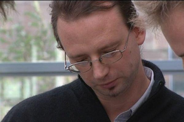 Oliver Dean, 31 ans, Néo-Zélandais, professeur d'anglais à l'UTBM, dans le nord de la Franche-Comté. Signe particulier : Sans papier et menacé d'expulsion. Les étudiants ont dit non, fermement. La préfecture a cédé. Le professeur a retrouvé papiers et étudiants.