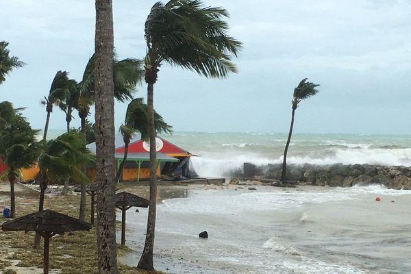 La plage de Gozier, en Guadeloupe, après le passage de l'ouragan Maria