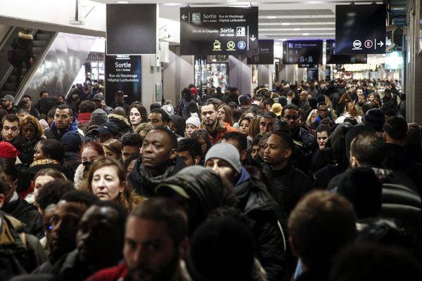 Des milliers d'usagers se sont retrouvés bloqués à la Gare du Nord à Paris lundi 9 décembre.