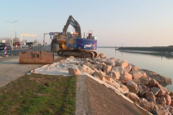 Le terminal ferry de Ouistreham en plein travaux avec un enrochement de plus de 400 mètres de chenal. Le chantier va durer quatre mois.