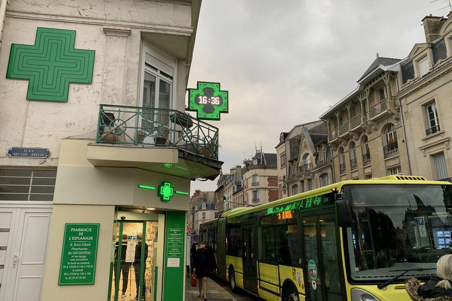 INSOLITE. Reims : pourquoi la croix de la pharmacie retarde de deux heures depuis plus d'un an