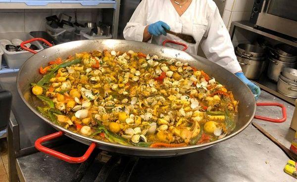Cette paella géante a été organisée par l'association ABCD et les pêcheurs du cœur pour les personnes défavorisées.
