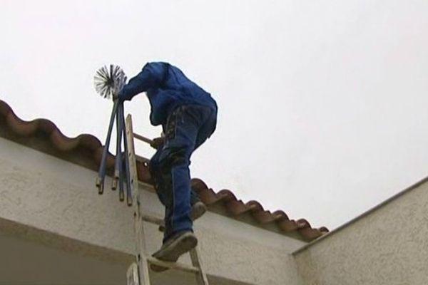 Ramoner la cheminée avant de lancer la première flambée, une obligation pour les locataires comme les propiétaires