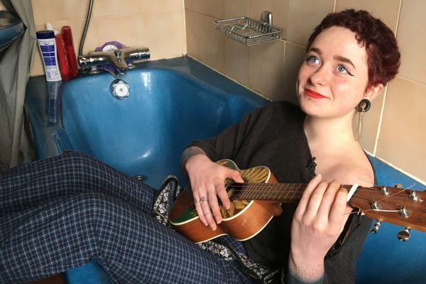 Abbey adore le bleu de sa baignoire !