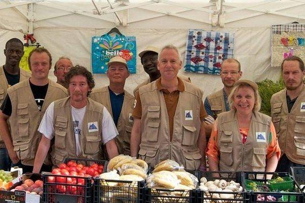 Chaque dimanche, les bénévoles de la Tente des Glaneurs offrent des fruits et légumes du marché aux plus démunis