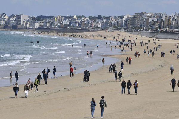 Les promeneurs au rendez-vous sur la plage du Sillon à Saint-Malo, pour ce premier week-end de déconfinement - 16/05/2020