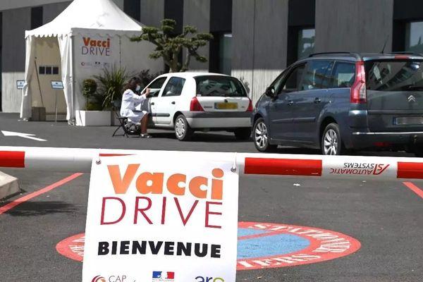 """Le premier """"vaccidrive"""" de France a ouvert à Saint-Jean-de-Védas, dans la périphérie de Montpellier, le 13 avril 2021."""