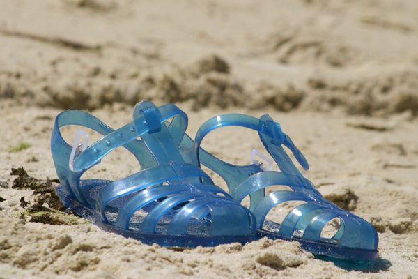 Vraies ou fausses, les sandales Méduses sont un accessoire incontournable de l'été.