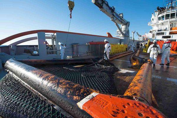 Au large de La Rochelle - les chaluts récupèrent le pétrole du Grande America en surface - 20 mars 2019.