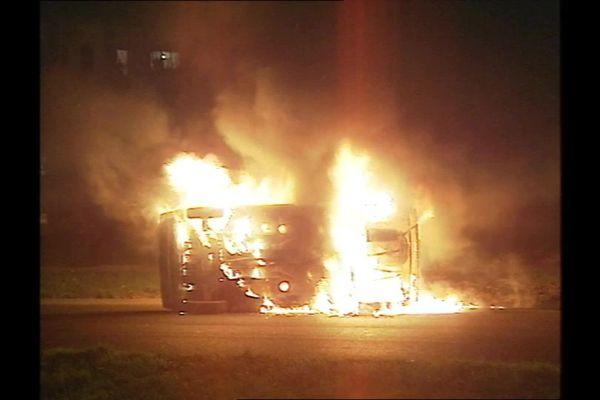 Plusieurs voitures ont été incendiées par des jeunes du quartier nord d'Amiens lors d'affrontements avec la police les 13 et 14 novembre 1994