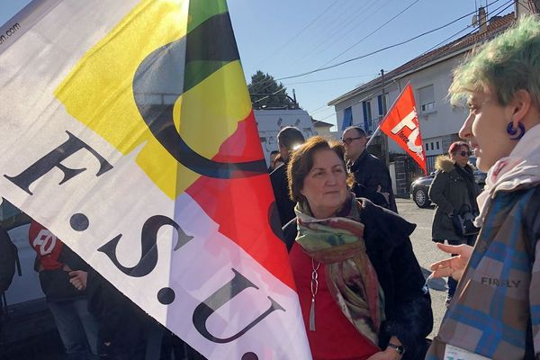 A Clermont-Ferrand, lundi 13 janvier, ils étaient une quarantaine de professeurs devant le lycée Ambroise Brugière à demander le report des épreuves communes de contrôle continu.