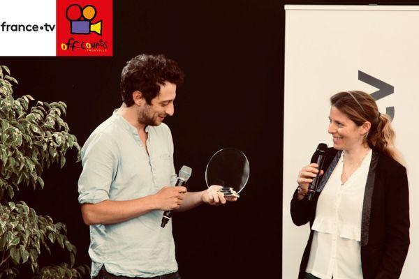 Festival Off Courts de Trouville, 8 septembre 2020. Aurélie Chesné, responsable des acquisitions France 3 (à droite) vient de remettre le Prix France Télévisions du Jeune Producteur 2020 à la société Quartett Productions, fondée par Ethan Selcer (à gauche) et à Deuxième Ligne Films de Marie Dubas (absente pour cause de tounage).