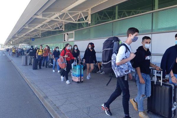 Arrivée de touristes devant l'aéroport d'Ajaccio, en juillet dernier