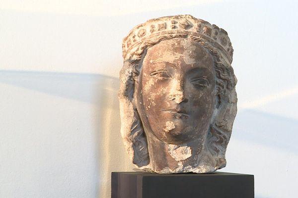 La tête de Vierge couronnée a été volée en 1917 à Laon dans l'Aisne.