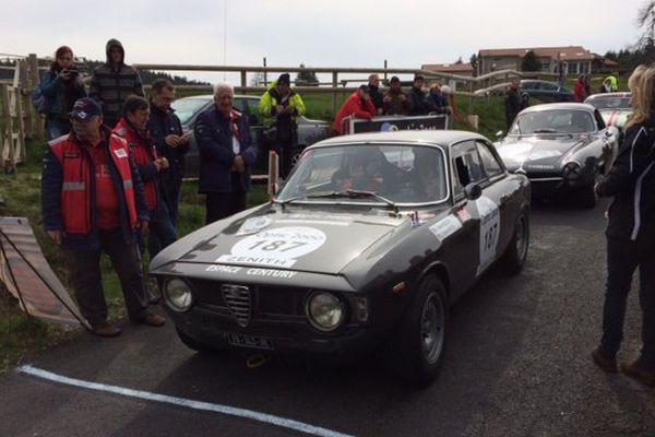 Antoine et Gérard Holtz se partagent le volant de cette Alfa Giulietta de 1966. Le journaliste a déjà participé plusieurs fois à ce Tour Auto, avec sa femme Muriel.©G. Rivollier, France 3