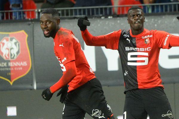 L'attaquant rennais Mbaye Niang (à droite) avec son coéquipier James Lea Siliki (à gauche) après avoir marqué un but face à Bordeaux au Roazhon Park à Rennes - 21/12/2019