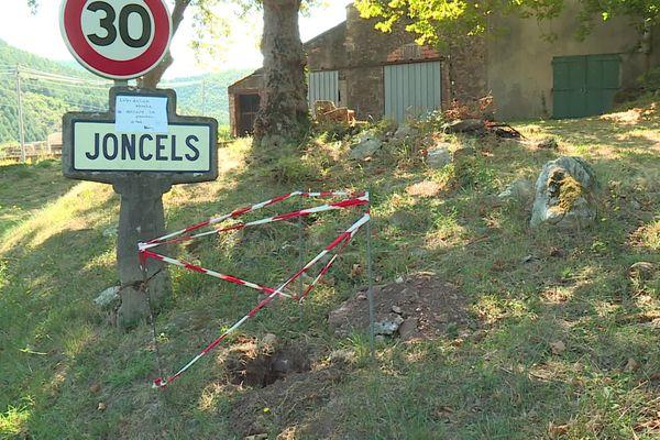"""Joncels (Hérault) - la commune refuse de changer de panneaux de signalisation aux entrées et sorties du village. Tous veulent conserver les panneaux """"Michelin"""" - 8 septembre 2020."""