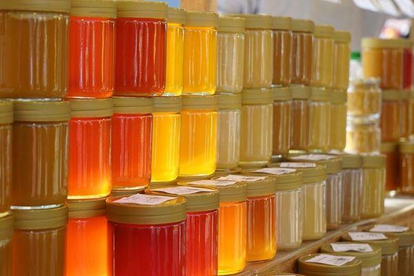 Attention à bien distinguer le vrai miel artisanal du faux miel coupé avec de l'eau, du sirop de riz, de maïs, etc