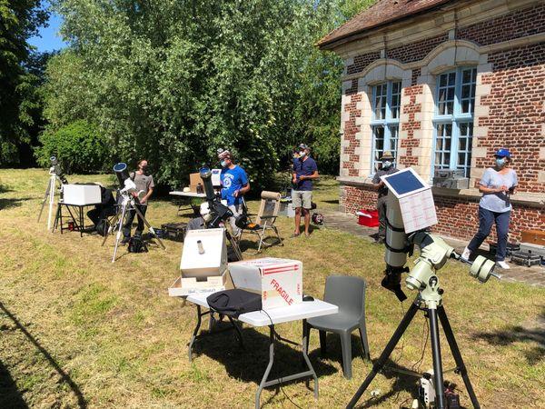 Les membres du Club Astronomique de la Région Lilloise (CARL) réunis pour observer l'éclipse partielle du Soleil au Pavillon de Chasse de Villeneuve-d'Ascq.