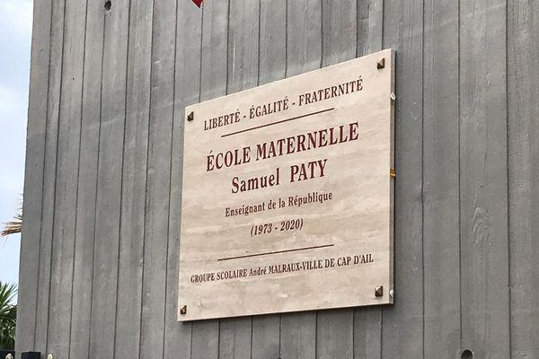 La plaque en l'honneur de Samuel Paty a été dévoilée sur la façade de l'école maternelle
