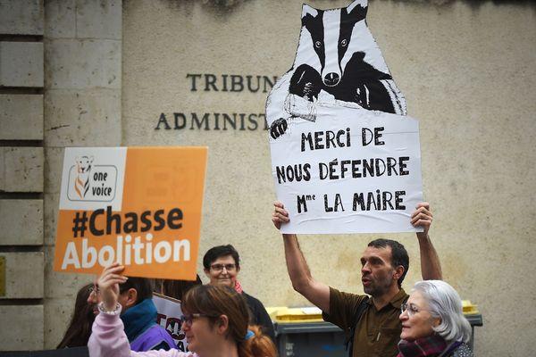 23 octobre 2019. Des militants pour la cause animale manifestent devant le tribunal administratif d'Orléans en soutien à la maire de la commune de Valaire, Catherine Le Troquier, qui a interdit la chasse aux blaireaux sur sa commune.