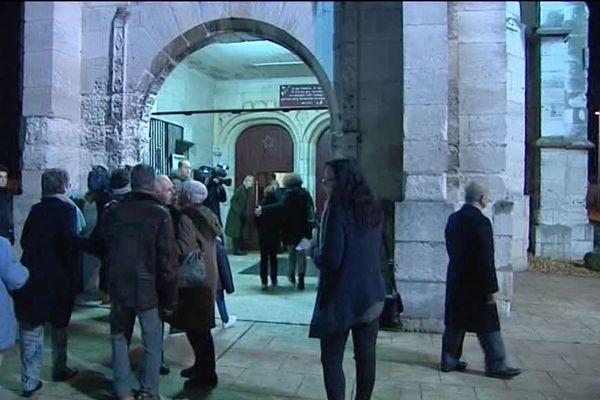 L'entrée de l'église avant la veillée de Noël à Saint-du-Rouvray