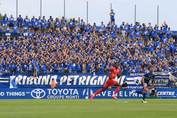 Les Turchini ont marqué leur retour en Ligue 2 en affrontant le Nîmes Olympique dans un stade Armand Césari en fusion.