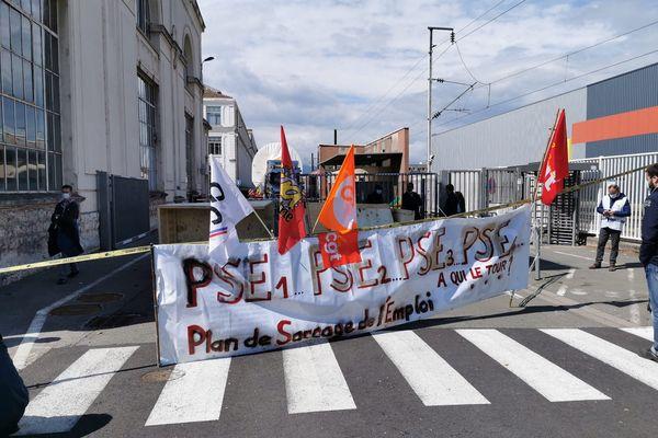 Action des salariés de GE Belfort pour bloquer le départ d'une turbine.