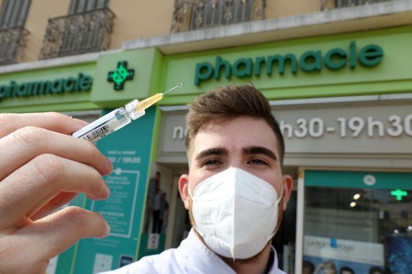 Les pharmaciens devraient commencer à vacciner à partir du 19 mars. Ils commencent à établir la liste de leurs clients éligibles à l'injection.