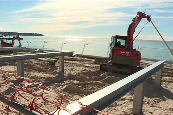 Des structures démontables, en accord avec la loi Littoral sont en construction sur les plages de Juan-les-Pins.
