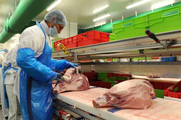 Un ouvrier sur les lignes de production de l'entreprise de salaison et charcuterie Monique Ranou.
