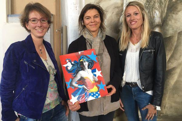 Elise Charpentier, patiente, Juliette Leenhardt, artiste, et Charlotte Callon, pharmacienne, se mobilisent contre le cancer.