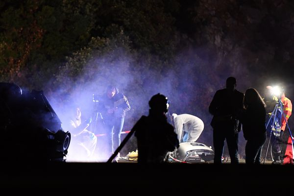 Les enquêteurs sur les lieux de la fusillade sur l'A55.